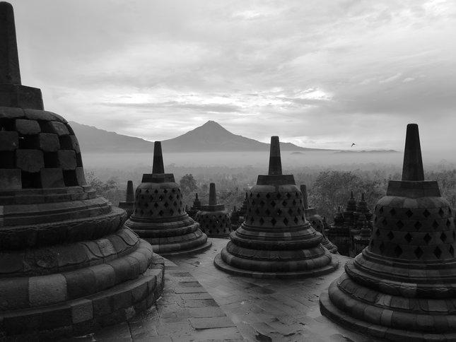 Vznešený chrám pod majestátnou horou