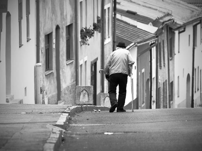 Kráčal prázdnou ulicou