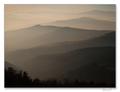 Zahmlené siluety hôr
