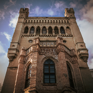 Neogotická veža s balkónom