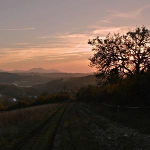 večer nad dedinou