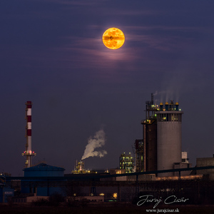 Mesiac nad chemičkou