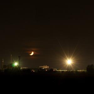 Mesiac nad fabrikou