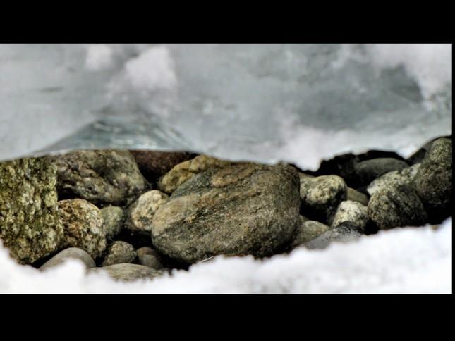 kamienky pod ľadom