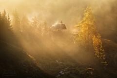 Alpský kostelík v ranní mlze