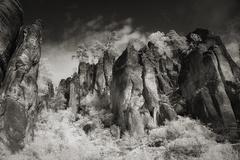 V skalách