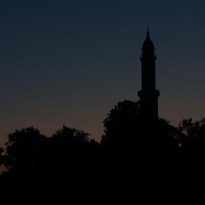 Minaret nočnou optikou