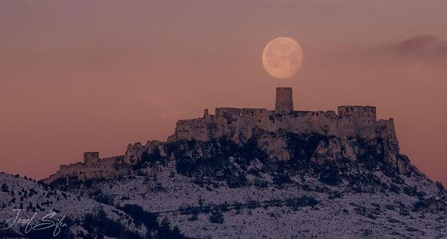 mesiac nad ruinami