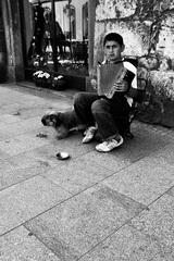 ...pouličný muzikant...