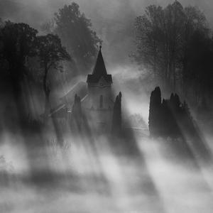 Hra svetla a hmly.