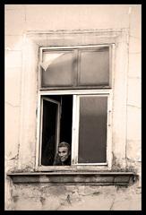 Velke okno maly clovek
