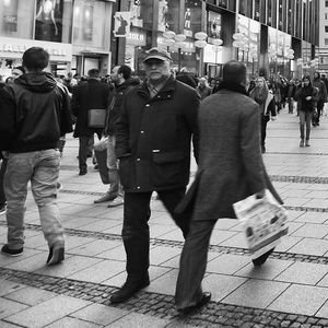 A po uliciach kráčajú ...