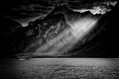 Lúče nad jazerom