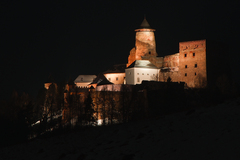 V noci pod hradom