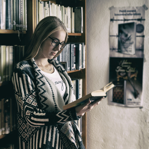 V knižnici