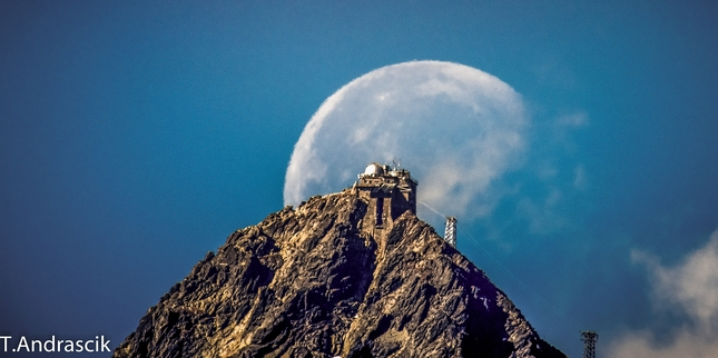 Lomnický štít a mesiac