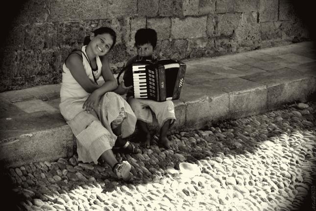 Malí žobráci s harmonikou.