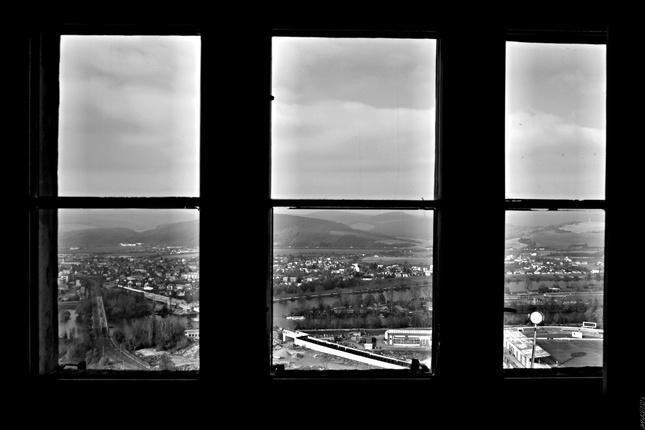 Cez okno.