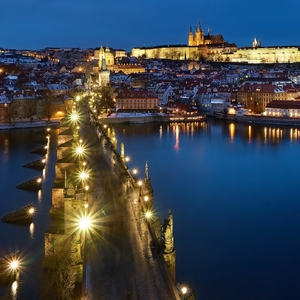 Cez Karlův most do zimnej Prahy