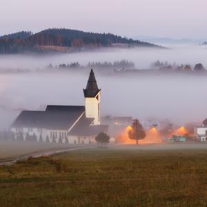 Ranné hmly za dedinou