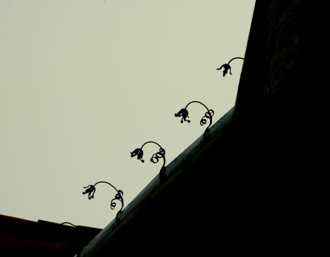 kovové kvetinky na streche