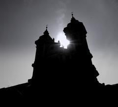 slnko medzi vežami...