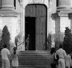 v bráne...