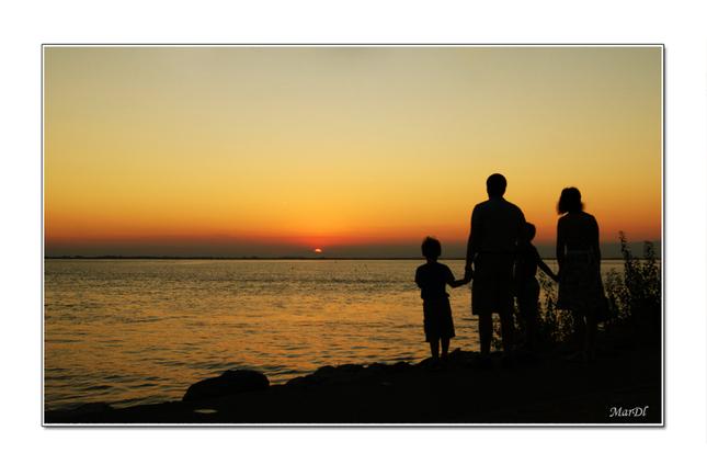 Rodinka pri západe slnka