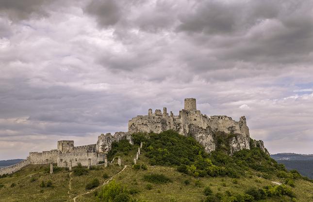 Nad hradom sa zmráka