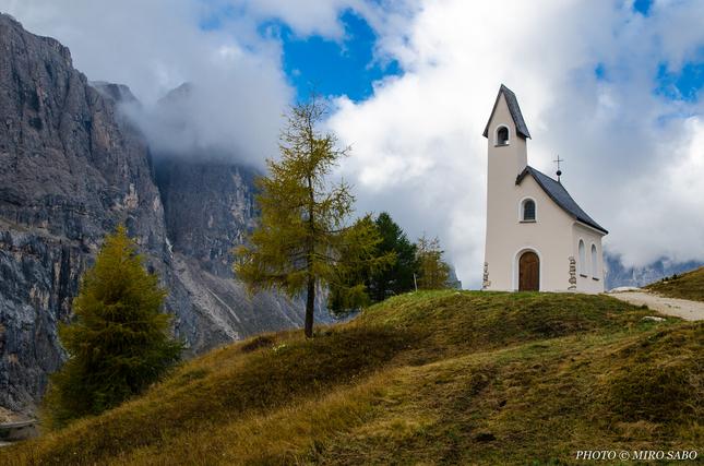 Kostolík na Passo Gardena