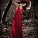 Póza v červených šatách 2