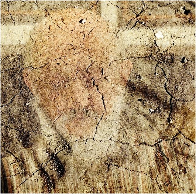 Tvár v piesku II
