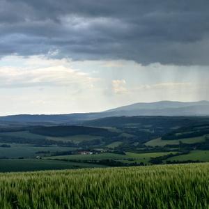 prší do priehrady