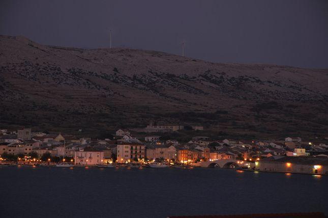 Nočný záber mesta Pag