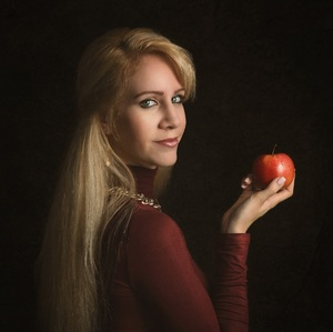Žena s jablkom