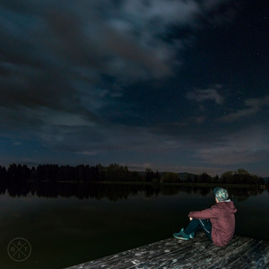 V noci na brehu