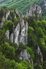 skaly vsade okolo