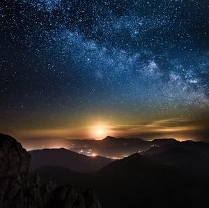 mesiačik už svieti