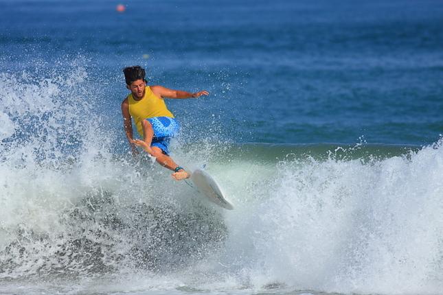 Surfer  a neskrotená vlna