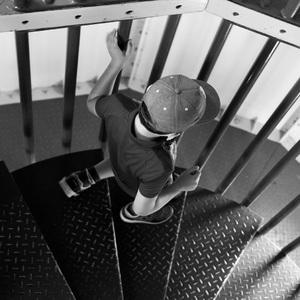 schodami dole