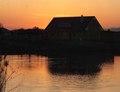Dom pri západe slnka