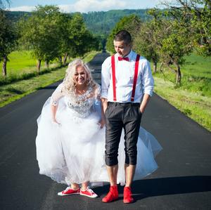 svadba v červených conversach