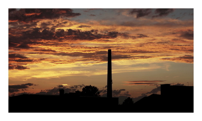 západ slnka nad továrňou.....