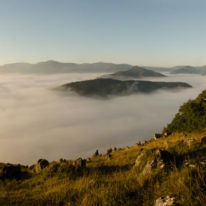 Cinter šutrov nad mlhou