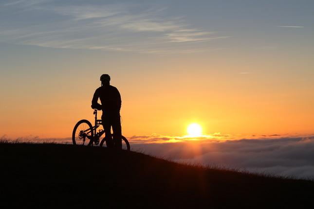 Cyklista nad oblakmi
