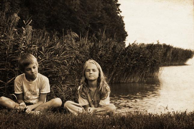 deti pri rybníku