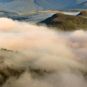 Zahmlené hory a lúky ...
