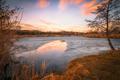 Na takmer zamrznutom rybníku