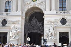 veľmi pekne vyzdobená brána