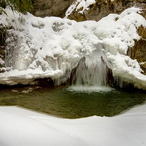 Vodopád uzamknutý v ľade